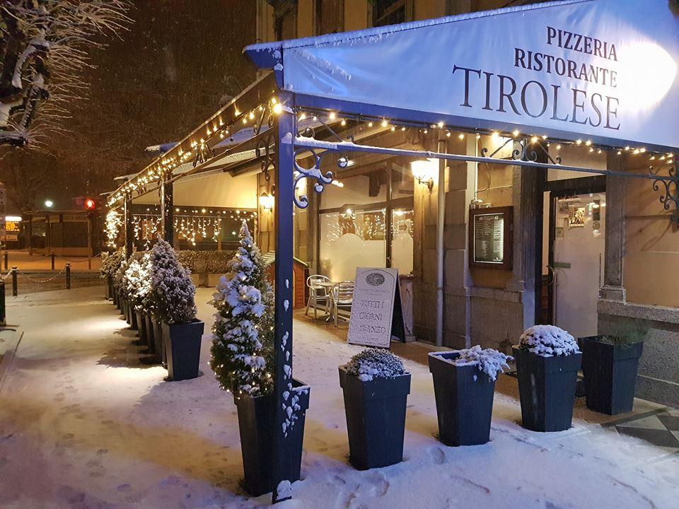 esterno sulla via principale con neve