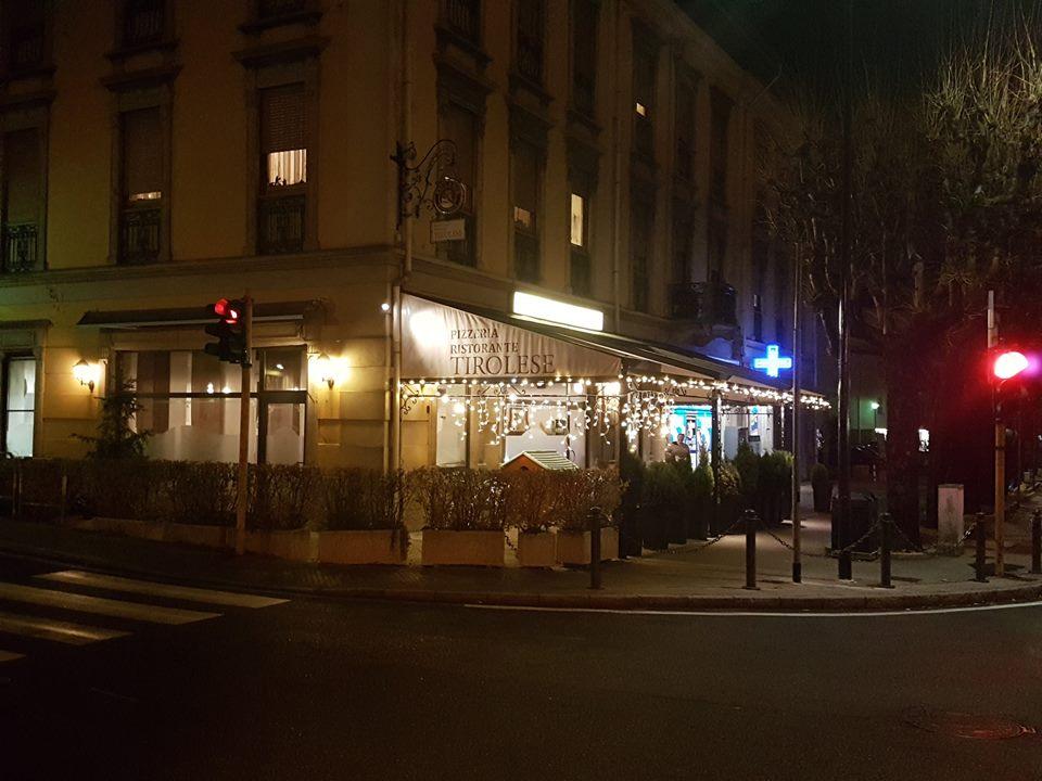 esterno sulla via principale notturno